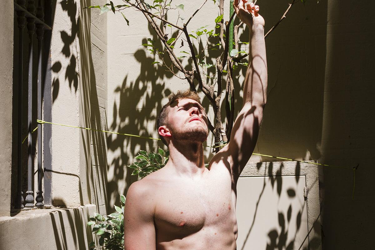 Mężczyzna w średnim wieku z nagą klatką piersiową. Przyczyny ginekomastii, czyli jak do tego doszło