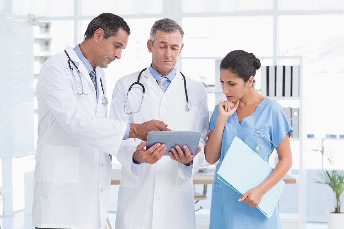 Lekarze rozmawiają z pielęgniarką - medyczna firma rodzinna