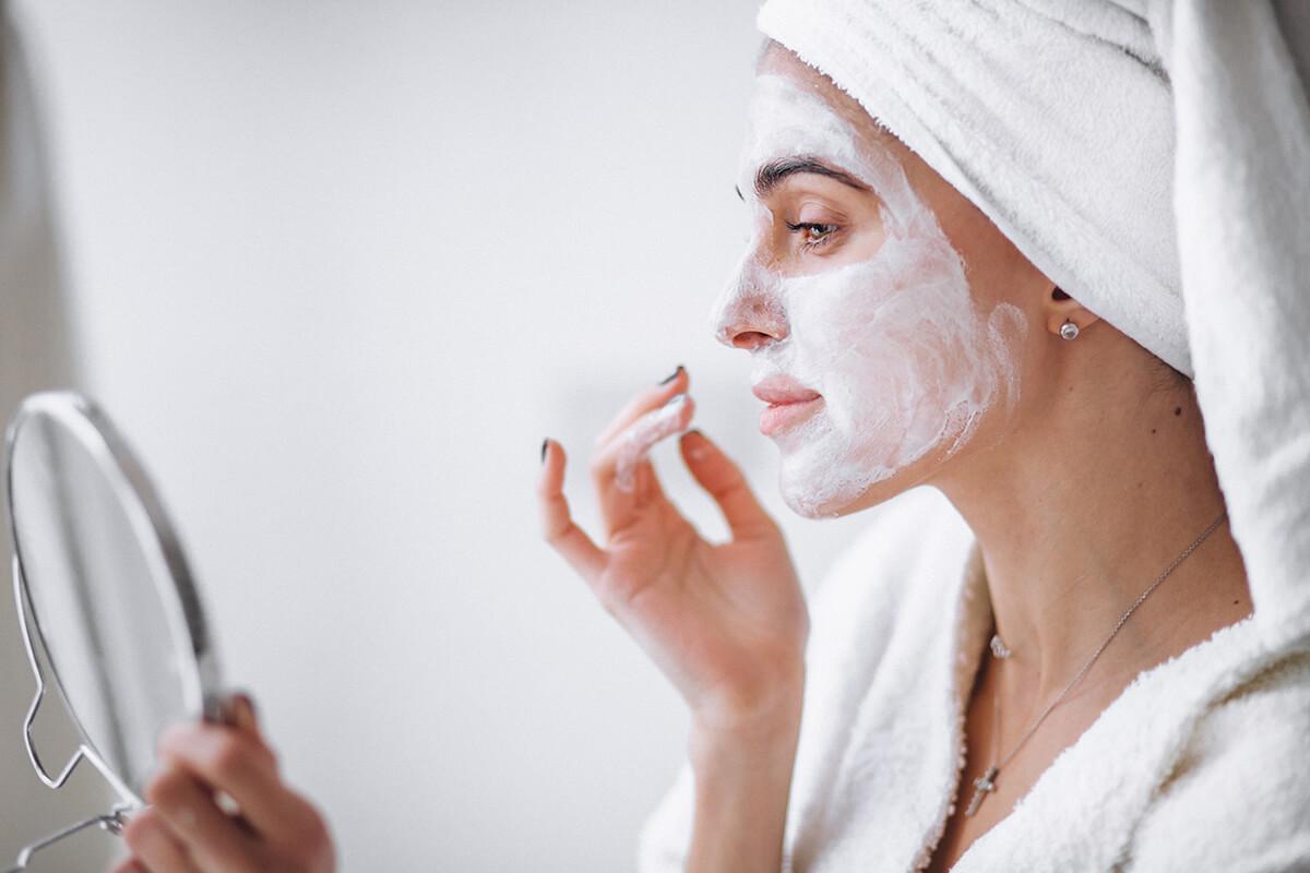 Kobieta z maseczką na twarzy - Dawne sposoby dbania o skórę