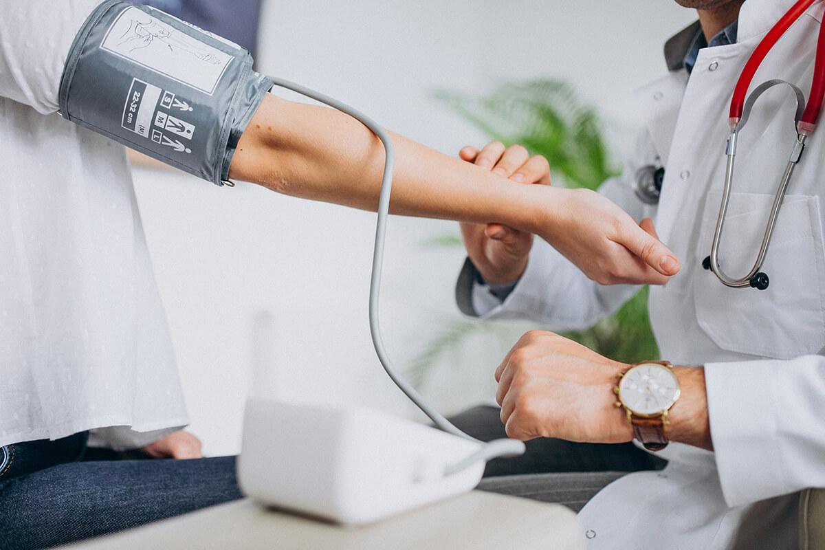 Lekarz mierzy ciśnienie - zabiegi wykonywane w warunkach ambulatoryjnych