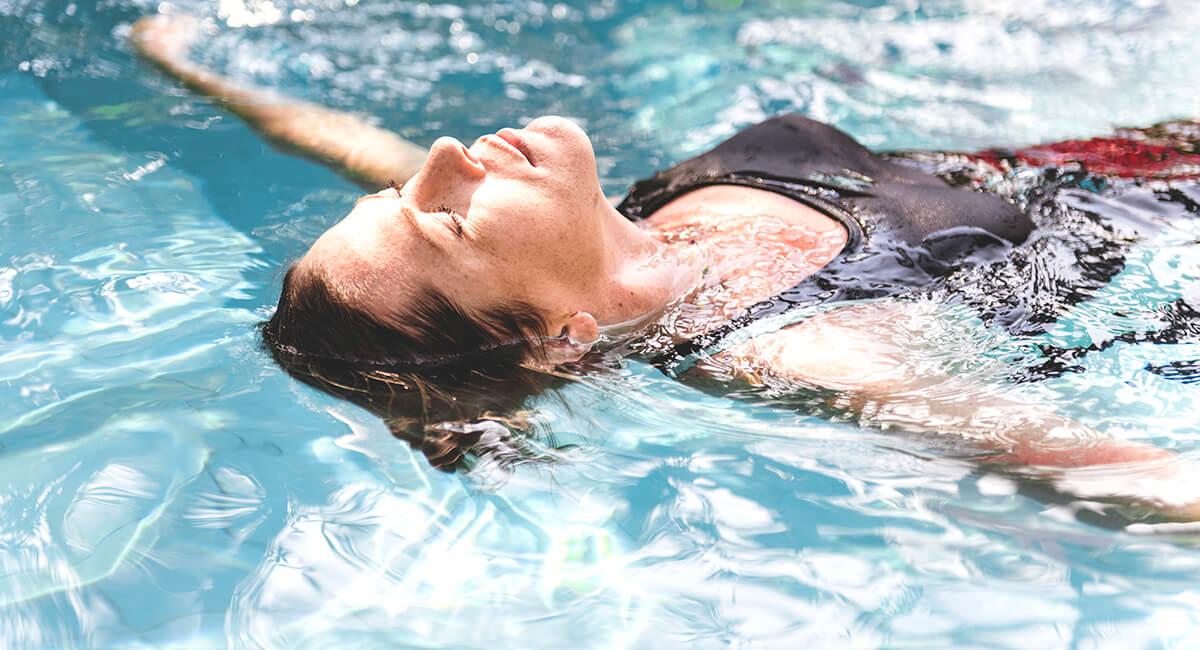 Kobieta w basenie - powody dla których warto pływać