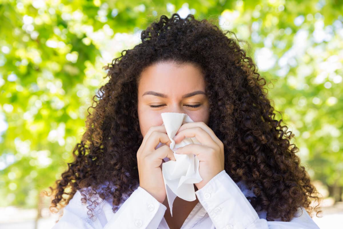 Kobieta siąka nos - Wiosenne alergeny, czyli co pyli w maju