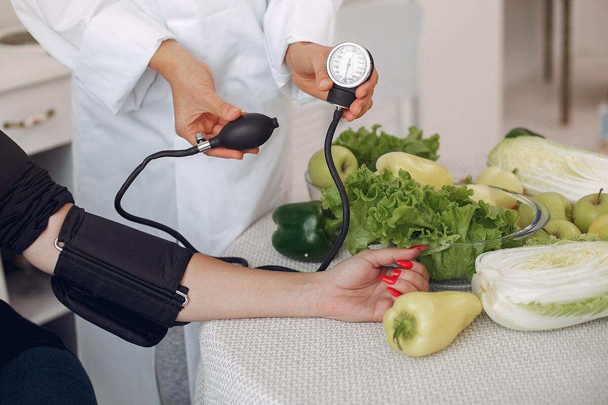 Lekarz mierzy ciśnienie - 6 sposobów na wysokie ciśnienie