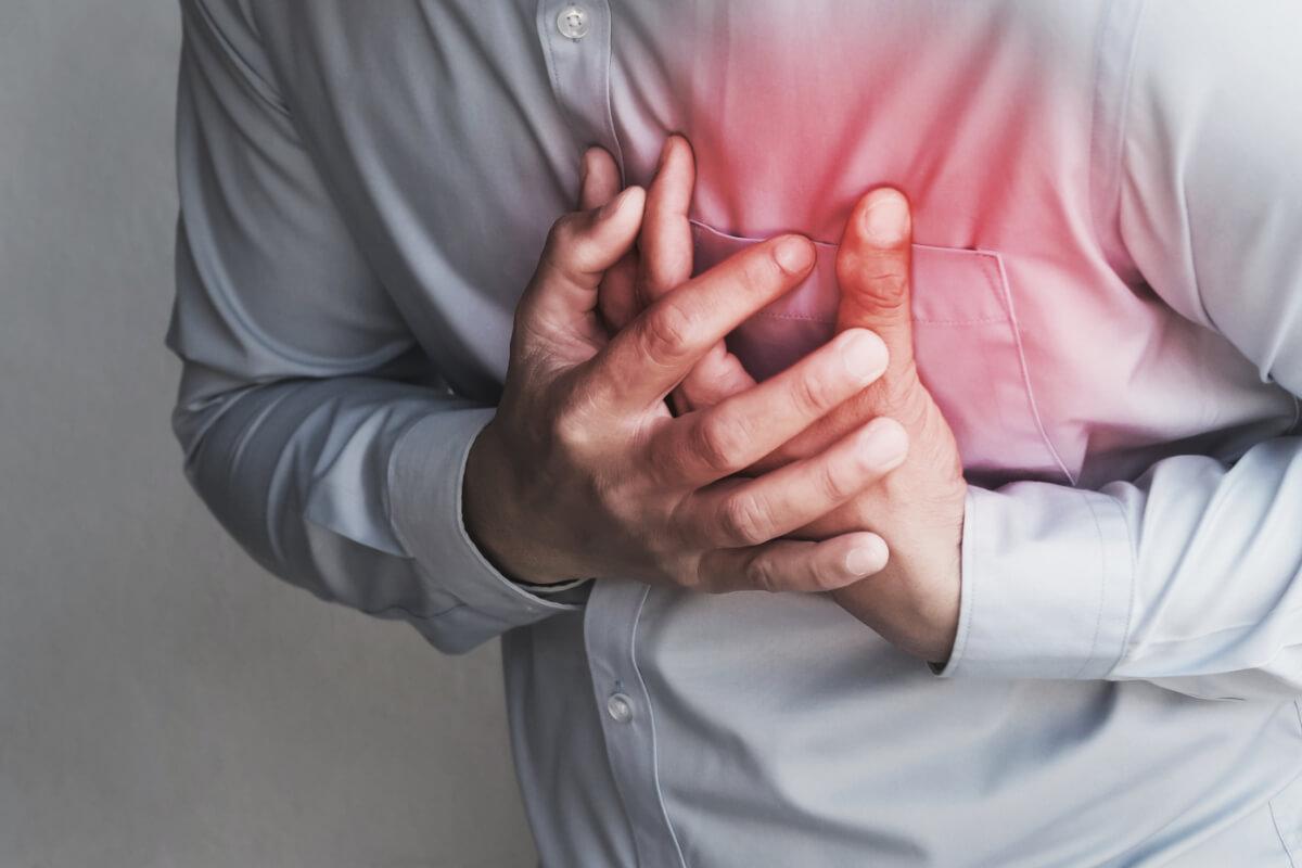 Mężczyzna trzyma się za serce - Objawy choroby wieńcowej w postaci stabilnej i ostrej