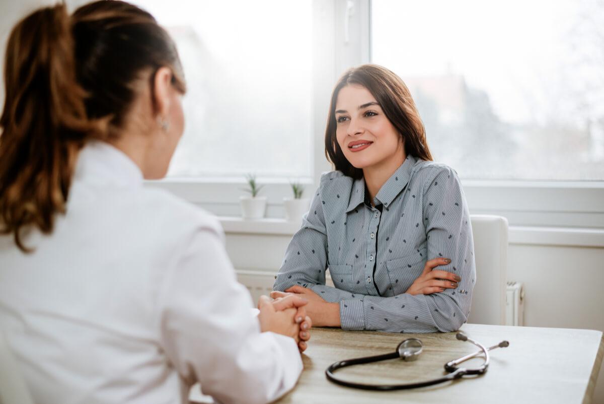 Młoda kobieta u ginekologa. Problemy ginekologiczne