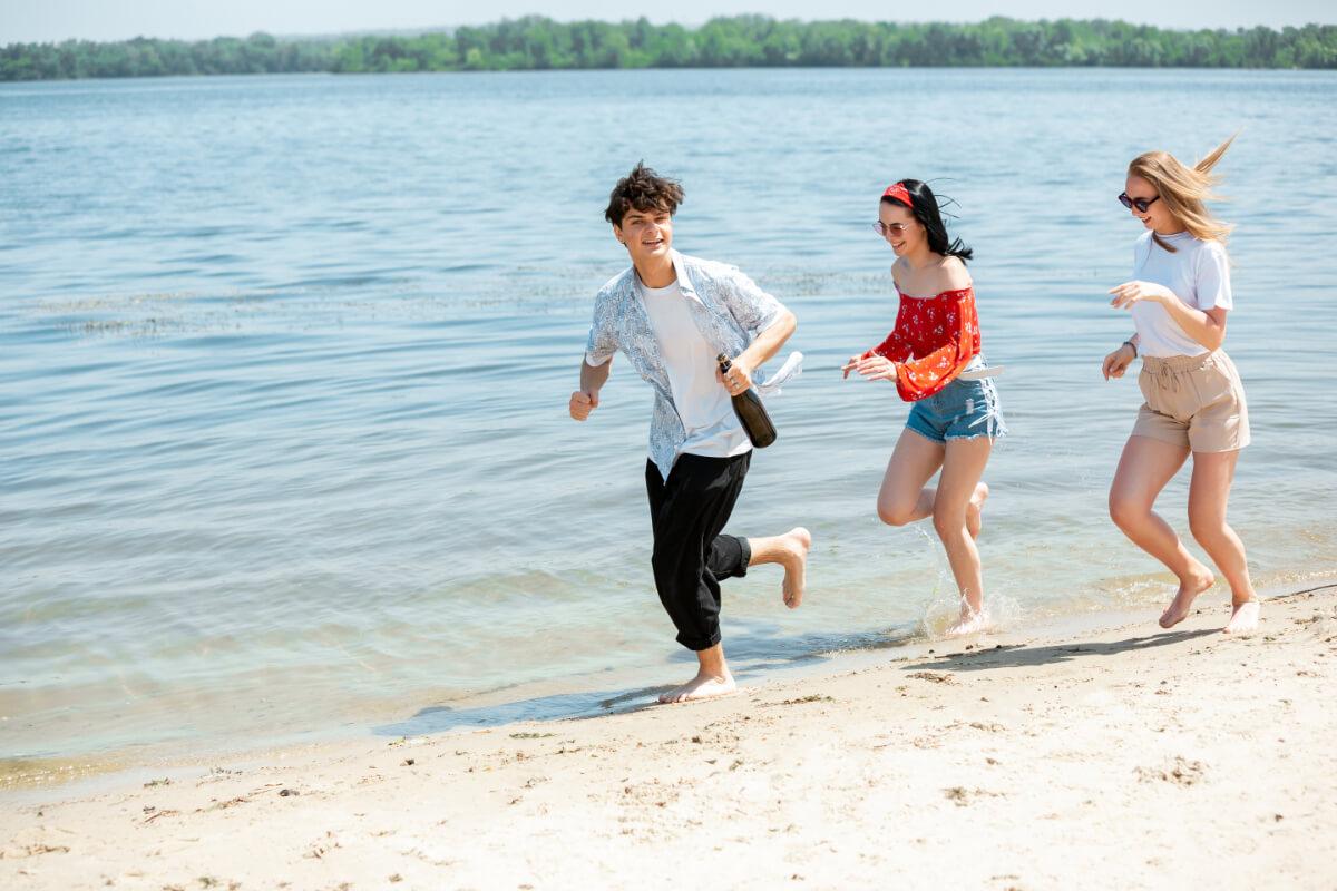 Młodzi na plaży. Choroby weneryczne podczas wakacji. Uważaj na nie