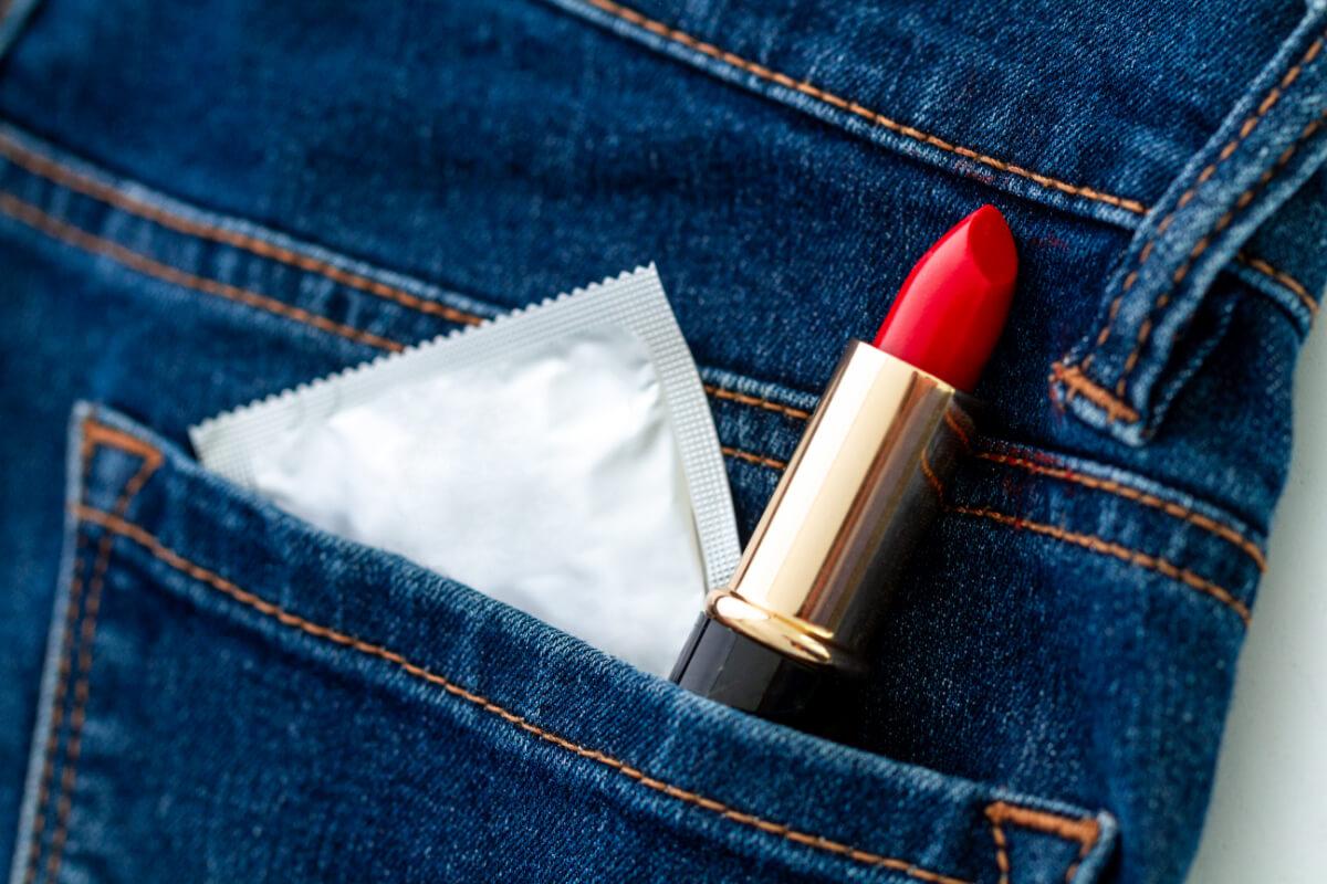 Prezerwatywa i szminka w kieszeni spodni. Choroby weneryczne podczas wakacji. Uważaj na nie
