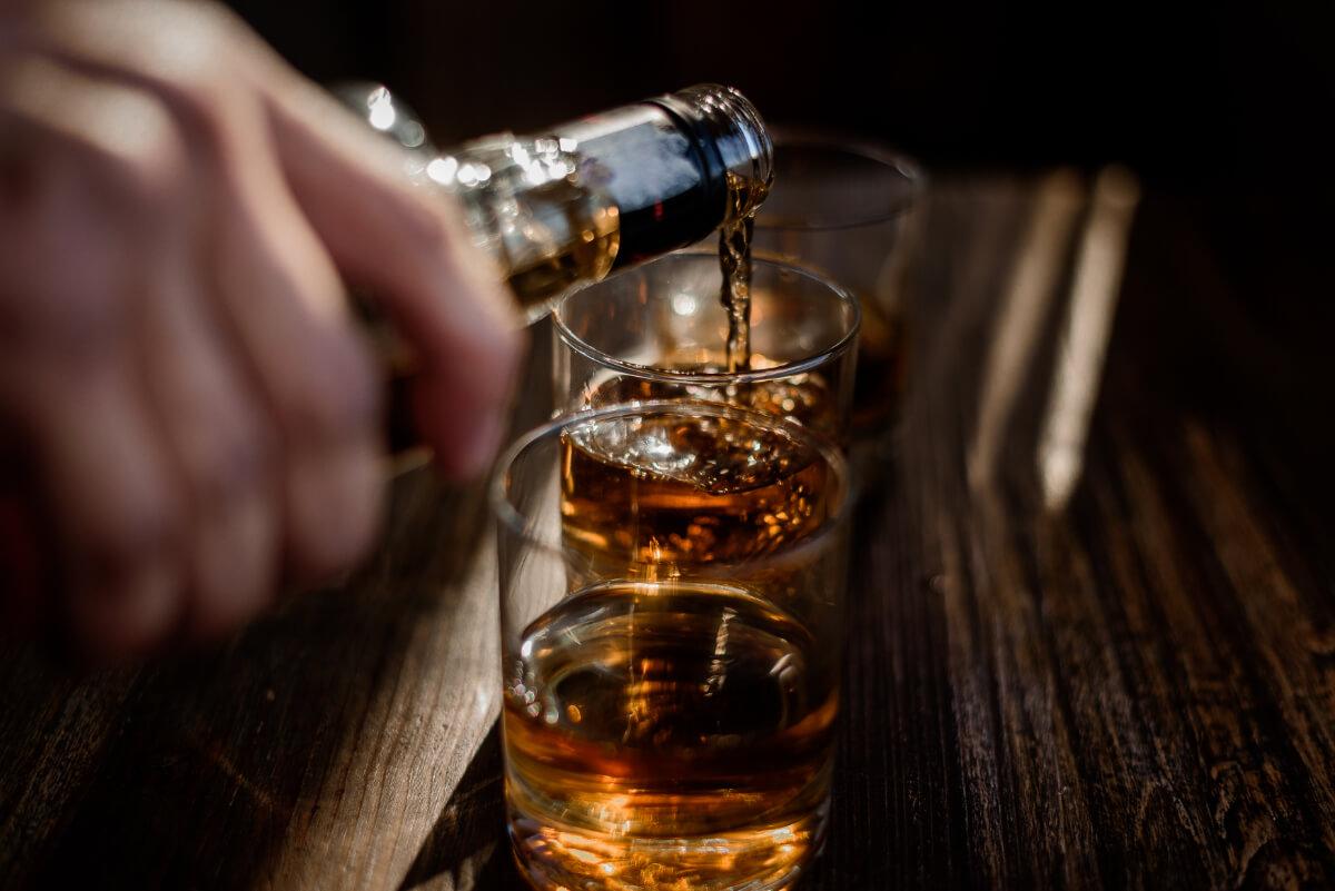 Nalewanie mocnego alkoholu do szklanek. Częste choroby wątroby, którym możesz zapobiec