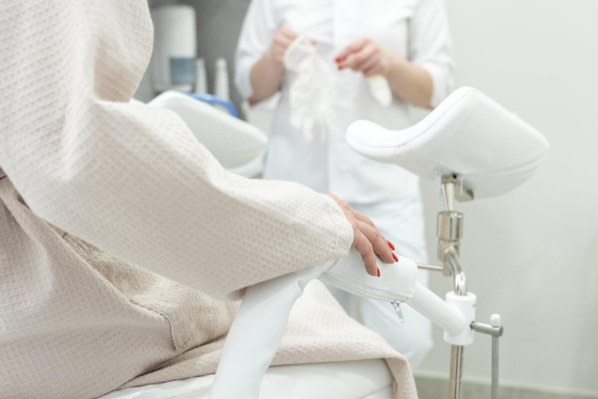 Pacjentka na fotelu w gabinecie ginekologicznym. Jak często robić cytologię, by uchronić się przed rakiem szyjki macicy?