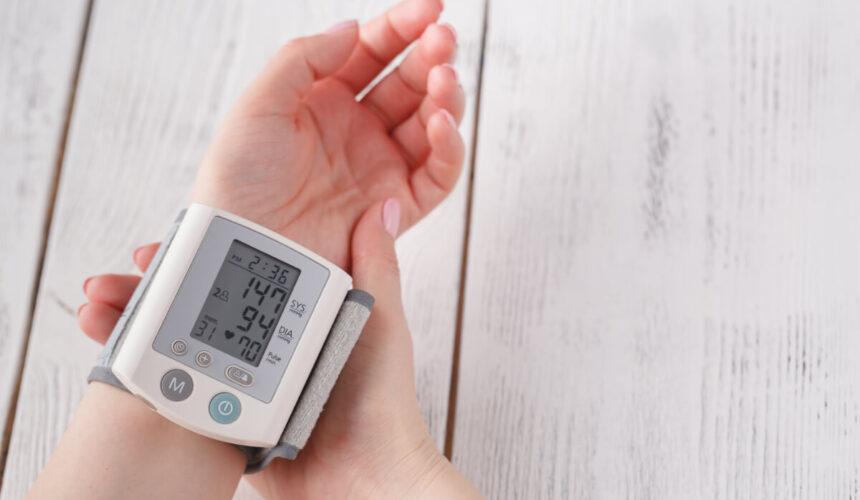 Ciśnieniomierz nadgarstkowy, naramienny, czy może tradycyjny – który wybrać?