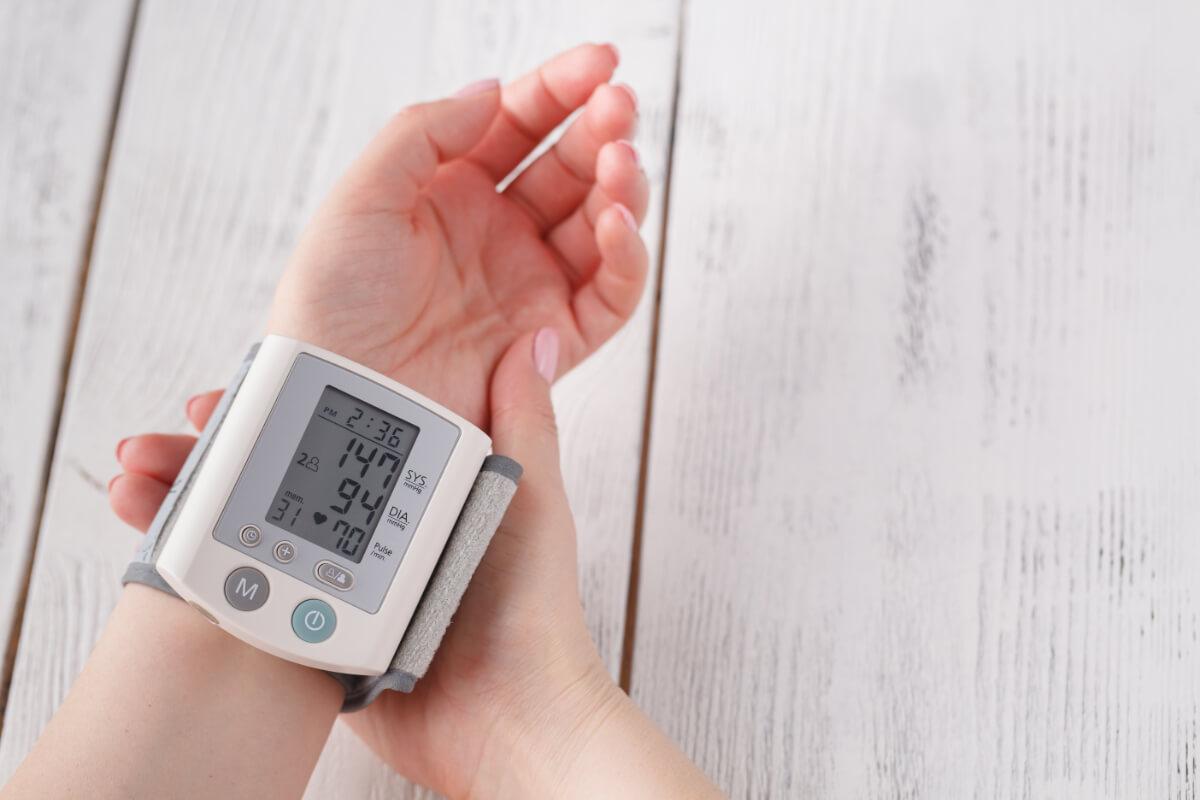 Kobieta mierzy ciśnienie. Ciśnieniomierze nadgarstkowe, naramienne, czy tradycyjne - który wybrać?