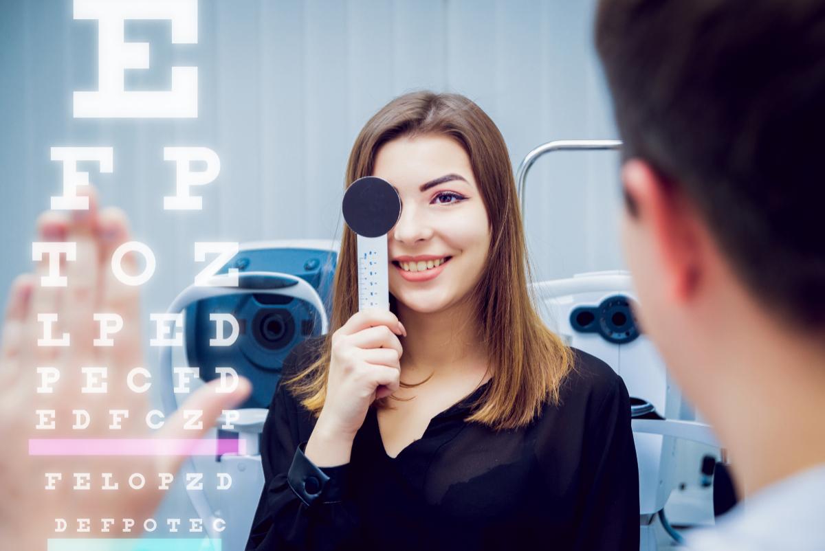 Młoda kobieta u okulisty. Współczesne choroby oczu w XXI wieku