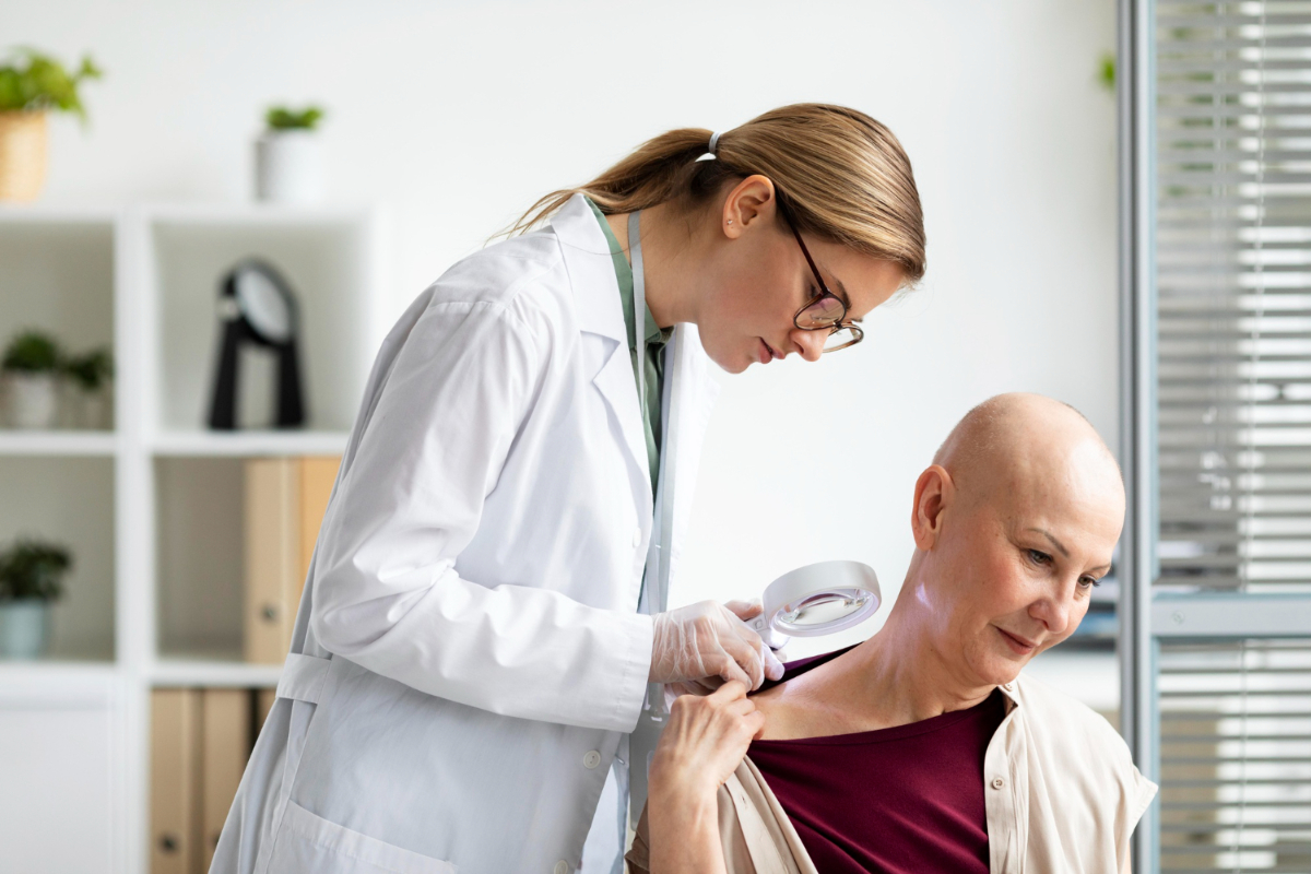 Lekarka bada osobę chorą na raka.Przewlekłe rany nowotworowe - dlaczego tak trudno się goją