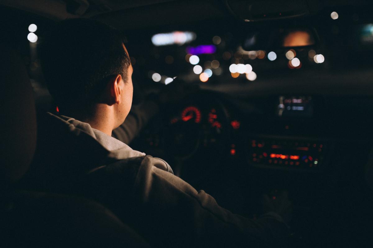 Kierowca nocą.  Co to jest kurza ślepota i jak ją rozpoznać?