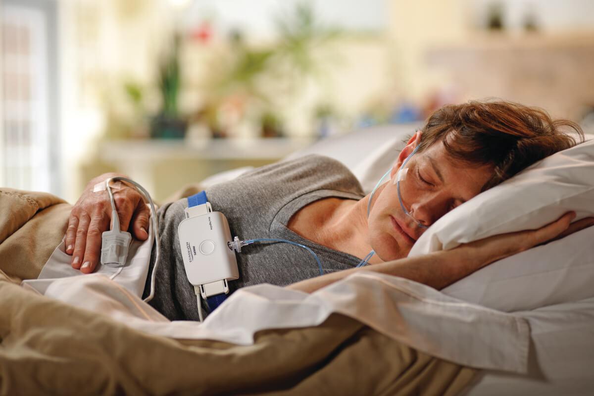Domowy test bezdechu sennego - pacjent w trakcie badania