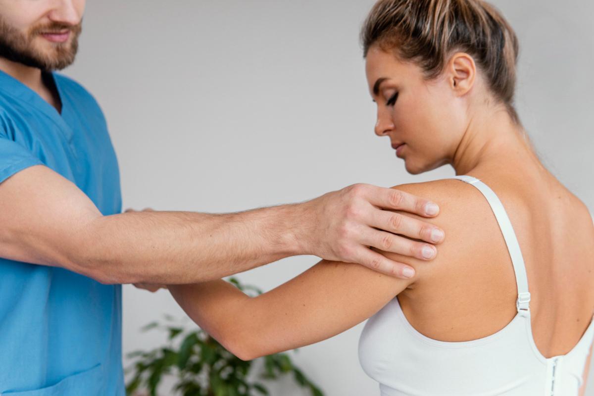 Kobieta cierpiąca na ból barku, Badanie ortopedyczne.